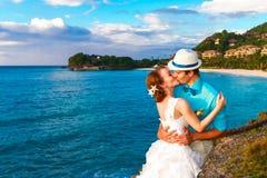 婚姻。亲吻在热带海岸的Bbride和新郎在sunse 库存图片