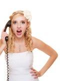 婚姻。恼怒的妇女愤怒新娘谈话在电话 库存照片
