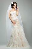 婚姻。穿无袖的白色新娘礼服的浪漫肉欲的新娘时装模特儿 免版税库存照片