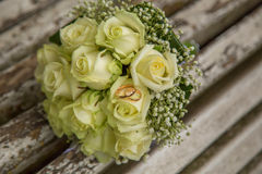 婚姻 与婚戒的新娘` s花束 花束新娘新娘新郎现有量 免版税库存照片