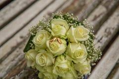 婚姻 与婚戒的新娘` s花束 花束新娘新娘新郎现有量 库存照片