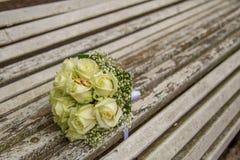 婚姻 与婚戒的新娘` s花束 花束新娘新娘新郎现有量 免版税库存图片