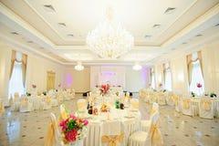 结婚宴会区域准备好晚餐 免版税库存照片