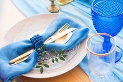 结婚宴会在白色、金子和蓝色颜色的桌细节 selec 库存图片
