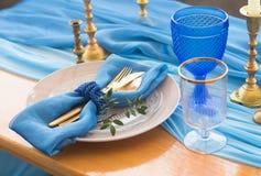 结婚宴会在白色、金子和蓝色颜色的桌细节 selec 免版税库存照片