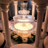 结婚宴会在餐馆。酒喷泉。 免版税库存图片