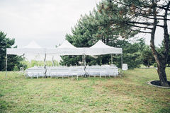 结婚宴会的表在露天的帐篷下 免版税库存照片