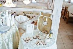 结婚宴会装饰的元素  愿望的木心脏 图库摄影