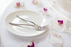 婚宴喜饼和叉子 免版税库存照片