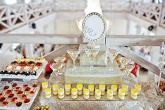 婚宴喜饼和糖果与杯开胃酒在招待会 免版税图库摄影