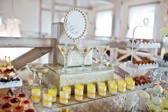 婚宴喜饼和糖果与杯开胃酒在招待会 库存图片