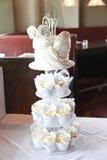 婚宴喜饼用有排列的杯形蛋糕 免版税库存图片