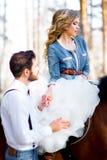 婚姻在乡村模式在森林 免版税库存图片