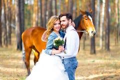 婚姻在乡村模式在森林 免版税图库摄影