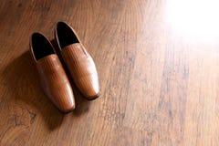 婚姻在地板上的人鞋子 图库摄影