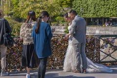 婚姻在爱锁桥梁 免版税库存照片