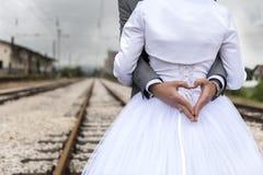 婚姻在路轨 库存图片