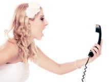 婚姻 恼怒的妇女愤怒新娘谈话在电话 免版税库存照片
