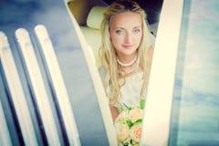 婚姻 愉快新娘的汽车 免版税库存图片