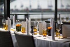 婚姻或另一顿承办宴席的事件晚餐的表集合。 免版税库存照片