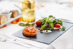 婚姻或另一顿承办宴席的事件晚餐的表集合。 免版税库存图片