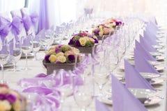 婚姻或另一顿承办宴席的事件晚餐的表集合 免版税图库摄影