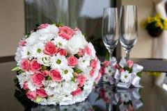 婚姻 新娘花束和酒杯在桌上 库存图片