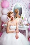 婚姻 有花束的美丽的新娘在卧室 免版税库存图片