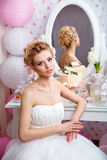 婚姻 有花束的美丽的新娘在卧室 免版税库存照片