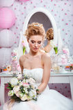 婚姻 有花束的美丽的新娘在卧室 免版税图库摄影