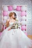 婚姻 有花束的美丽的新娘在卧室 图库摄影