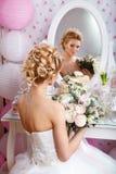 婚姻 有花束的美丽的新娘在卧室 库存照片
