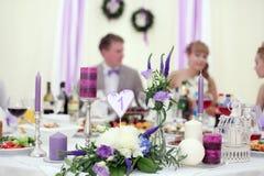 婚姻桌甜点的装饰品和装饰 免版税库存照片