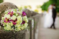 婚姻白色和桃红色花束 免版税库存照片