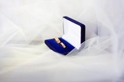婚姻白色的背景明亮的环形 图库摄影