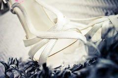 婚姻白色的鞋子 免版税图库摄影