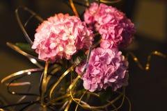婚姻的场面的美好的花背景与金黄丝带 库存图片