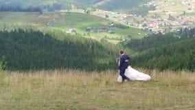 婚姻的夫妇在山峡谷附近走 股票录像