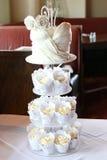 婚姻的庆祝的有排列的杯形蛋糕 图库摄影