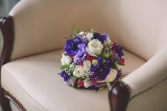 婚姻的新娘花束紫色和白色颜色  免版税库存图片