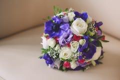 婚姻的新娘花束紫色和白色颜色  免版税库存照片