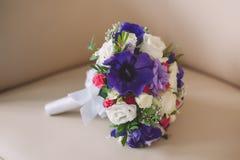 婚姻的新娘花束紫色和白色颜色  库存图片