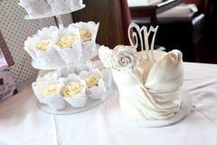 婚姻的有排列的杯形蛋糕 库存图片