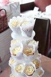 婚姻的有排列的香草杯形蛋糕 免版税库存图片