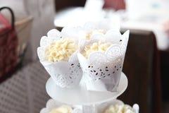 婚姻的有排列的香草杯形蛋糕 图库摄影