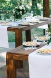 婚姻的服务的桌用沙拉 免版税库存图片