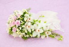 婚姻的桃红色玫瑰和白色兰花花束 免版税图库摄影