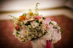 婚姻的桌的花 免版税库存图片