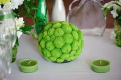 婚姻的桌的绿色装饰装饰 库存照片