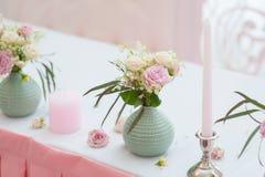 婚姻的欢乐装饰 从春天花的花束 表新婚 餐馆内部 库存图片